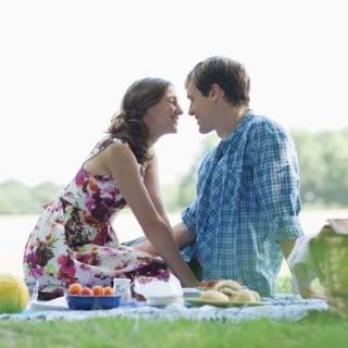 ТОП-10 лучших песен для романтического пикника