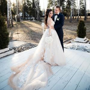 Платье невесты и костюм жениха. Тенденции 2019