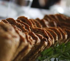 Врач развеял миф о пользе черного хлеба