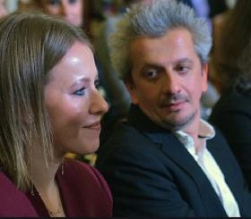 Молодожены Собчак и Богомолов не могут оторваться друг от друга даже на публике