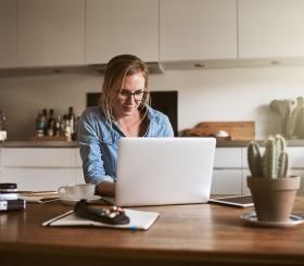Как сидеть за ноутбуком так, чтобы не болела спина?